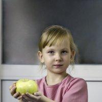 Девочка с яблоком :: Валерий Басыров