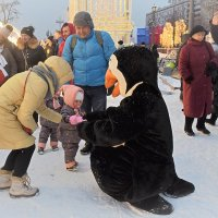Пингвин не даёт скучать детишкам. :: Татьяна Помогалова