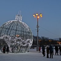 Новогодний шар возле ВДНХ. Москва :: Татьяна Ларионова