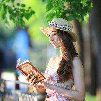 девушка с книгой :: Serik B.