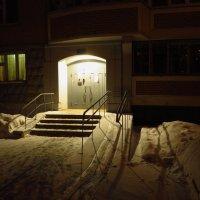 А он мне нравится, нравится, нравится (я имею в виду подъезд в вечернее время зимой) :: Андрей Лукьянов