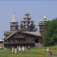 Группа туристов в Кижах :: Владимир Стаценко