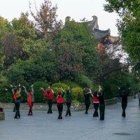 Женщины тоже занимаются гимнастикой (г. Ханчжоу, Китай) :: Юрий Поляков
