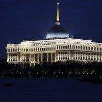 Вечерний вид на дворец :: Sergey Prussakov