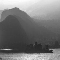 градиент теней гор на озере Аннси в контрасвете :: Георгий А