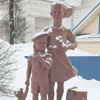 Скульптура эвакуированных из блокадного Ленинграда детей. :: Любовь