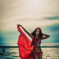 В мечтах она рисует ветер и тайно им желает стать... :: Михаил Фенелонов