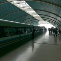 Свисток и поезд на магнитной подушке отходит от платформы (Китай) :: Юрий Поляков