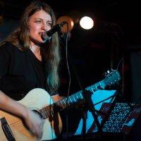 Девушка с гитарой на сцене :: Виктория Переплетенко