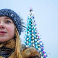 Зимний портрет на фоне новогодней елки :: Artem