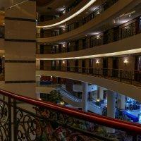 В отеле. Интересная геометрия! (Howard Johnson Airport Hotel, Шанхай). :: Юрий Поляков