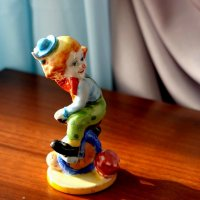 Статуэтка «Клоун-циркач» Гжель (в цвете) автор: Михаил Тарыгин :: Надежд@ Шавенкова