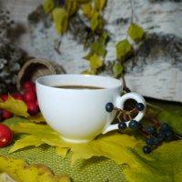 Осенний натюрморт с белой чашкой и ягодами :: Светлана Захаренкова