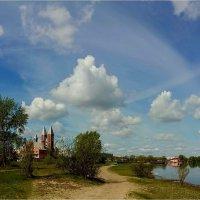 Церковь у реки :: Геннадий Худолеев