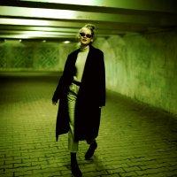 Девушка в очках и черном пальто в подземном переходе Уфы :: Lenar Abdrakhmanov
