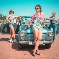 Девушки и ретро автомобиль :: Юрий Топчиян