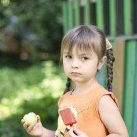 Девочка с яблоком :: Алена Дроздова