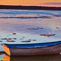 Одинокая лодка. :: Виктор Евстратов