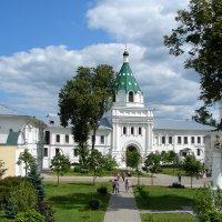 Во дворе Ипатьевского монастыря :: Светлана Попова