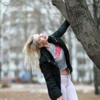 Блондинка и дерево :: Дмитрий Соколов