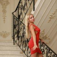 В красном на лестнице :: Дмитрий Соколов