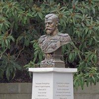 памятник-бюст императору Николаю II  у главного входа в Ливадийский дворец :: ИРЭН@ .