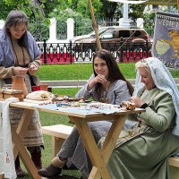 женщины за ювелирной работой :: Олег Лукьянов