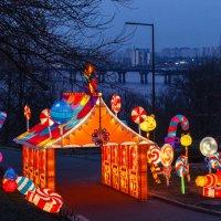 Выставка китайских фонарей. Пряничный домик. :: Андрей Нибылица