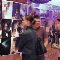 На фотовыставке. :: Дмитрий