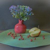 Натюрморт с гранатовой вазочкой :: Александра