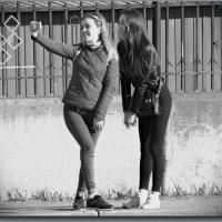 Красотки на селфи...)/любимое занятие молодежи/ :: Юрий Ефимов