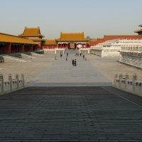 Прошли очередные Ворота, чтобы попасть на нижний ярус Запретного Города. Пекин :: Юрий Поляков