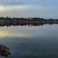 Апрельским вечерком на озере ... :: Евгений Хвальчев