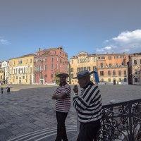Venezia. Gondolieri sono in attesa che i turisti. :: Игорь Олегович Кравченко
