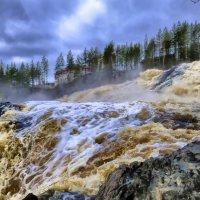 вода промахнулась одной ступенькой и падает вниз :: Георгий А