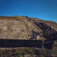Подъём на пирамиду Солнца, город Теотиуакан, Мексика :: Михаил Родионов