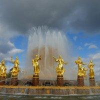 Сгустились тучи над фонтаном :: Татьяна Лобанова