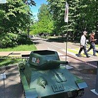 Это  не  игрушка ,а  действующая  уменьшенная копия танка  ! :: Виталий Селиванов