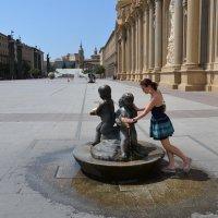Девушка у фонтанчика в Сарагосе :: peretz