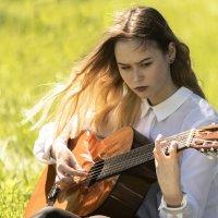 Красивая девушка репетирует перед выступлением в парке :: Дмитрий Перских
