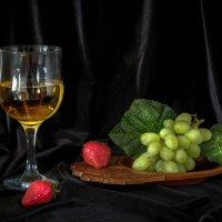 Клубника и виноград :: Алексей Мезенцев