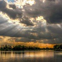 Небо пронизанное лучами :: Александр Попович