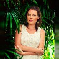 Анютка, пальма и тепло... :: Alex Lipchansky