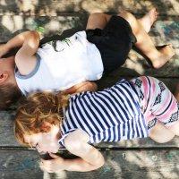 Уставшие дети отдыхают на деревянном столе в парке :: Oleg Kolesnikov