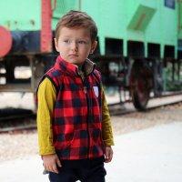 Ребенок на фоне старого поезда :: Oleg Kolesnikov