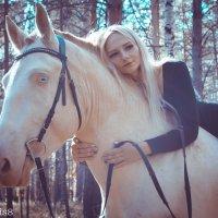 Девушка на белом коне :: Лилия Сурмятова