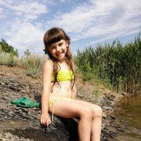 Девочка на берегу речки :: Ольга Почепаева