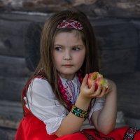 Девочка с яблоком. :: Павел Петрович Тодоров