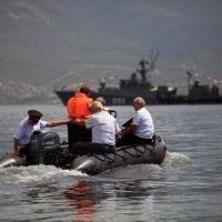 Казаки идут поздравлять моряков с днём Военно-морского флота :: Константин Николаенко