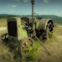 Старый трактор :: Виталий Волкоморов